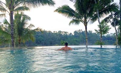 berenang di hotel Padma Ubud, Bali