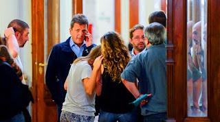 De esta manera, el debate en comisiones previsto para este mediodía en la Cámara baja tendrá tres dictámenes en juego: el del kirchnerismo, que viene del Senado y prohíbe los despidos por 6 meses; el de Cambiemos, que aconseja archivar esa iniciativa, y el del massismo, que podría sumar el apoyo de los diputados del GEN, el Partido Socialista y los peronistas que lidera Darío Giustozzi. En Tigre esperan sumar también al Bloque Justicialista de Diego Bossio.