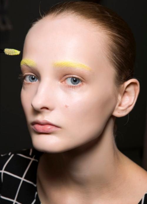 Kunterbunte Augenbrauen sind jetzt Trend