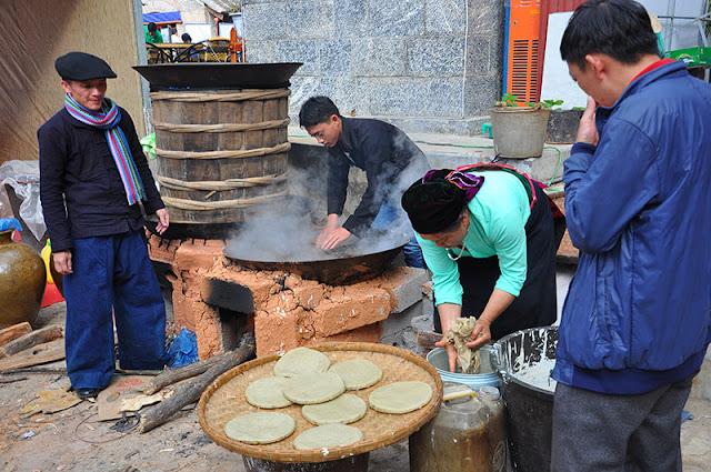 Bánh tam giác mạch được hấp chín trên bếp lửa, vừa mềm vừa xốp, là thức quà đặc biệt mà du khách nên thưởng thức khi tới cao nguyên đá Hà Giang.