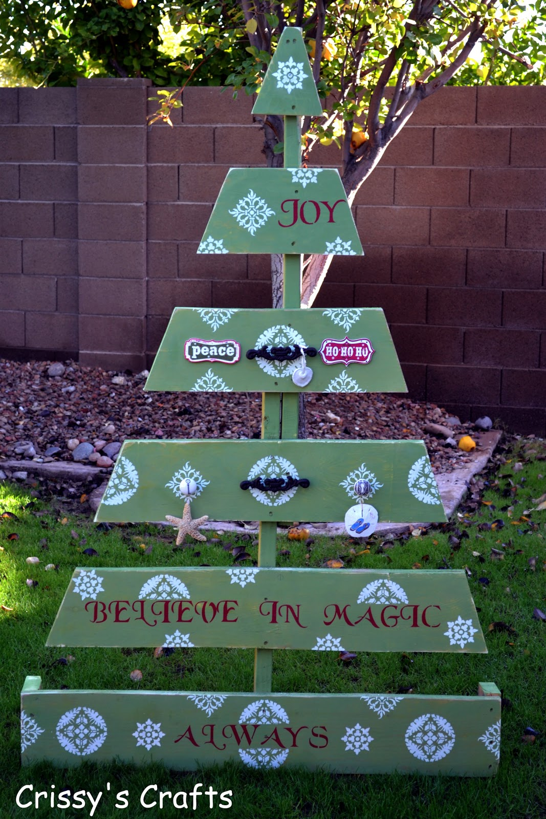 Crissy's Crafts: Pallet Christmas Tree