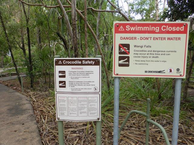 Carteles informativos de seguridad de la Cascada Wangi Falls