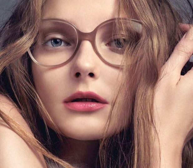 5ef9f06d3 Foi-se o tempo em que os óculos de grau eram inimigos das mulheres. Hoje em  dia, são considerados acessórios fashion e ganham espaço na hora de compor  o ...