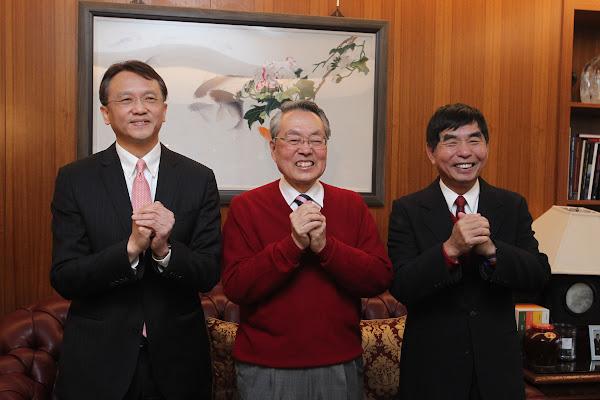開工第一天,宏碁董事長黃少華(右)、宏碁執行長陳俊聖(左)到創辦人施振榮(中)家拜年。