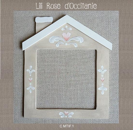 """Cadre bois peint """"Maisonnette"""" couleur lin et motifs blancs et roses. Broderie et point de croix"""