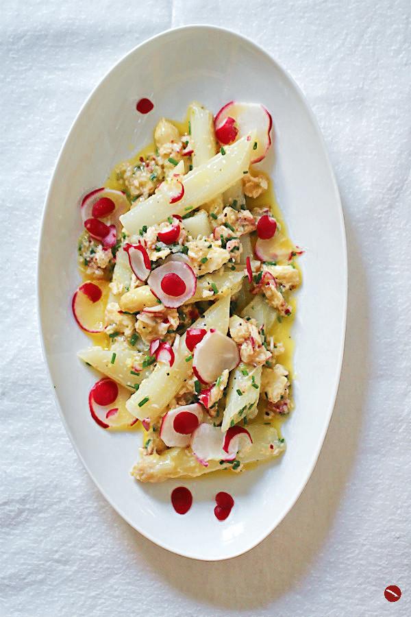 Rezept für knackigen Spargelsalat aus weißem Spargel mit meinem berühmten mariniertem Mozzarella, Radieschen-Vinaigrette und Nira, dem tollen japanischen Schnittknoblauch | #rezept #spargel #weißer_spargel #spargelsalat #spargelrezept #roh #roher_spargel #vegetarisch #veggie #foodstyling #radieschen #radieschensalat #vinaigrette #salate #frühlingsrezepte #ostern #osterrezepte #mozzarella #marinieren #einlegen #käse #italienisch #kräuterküche #schnittlauch #schnittknoblauch #japanisch #nira #einfache_rezepte #kochen #party_salate #gäste #blogger #foodblogger #foodphotography #foodstyling | Arthurs Tochter kocht. Der Blog für Food, Wine, Travel & Love