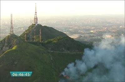Foco de fogo no Pico do Jaraguá (dezembro/2016). Foto: frame de vídeo da Globo