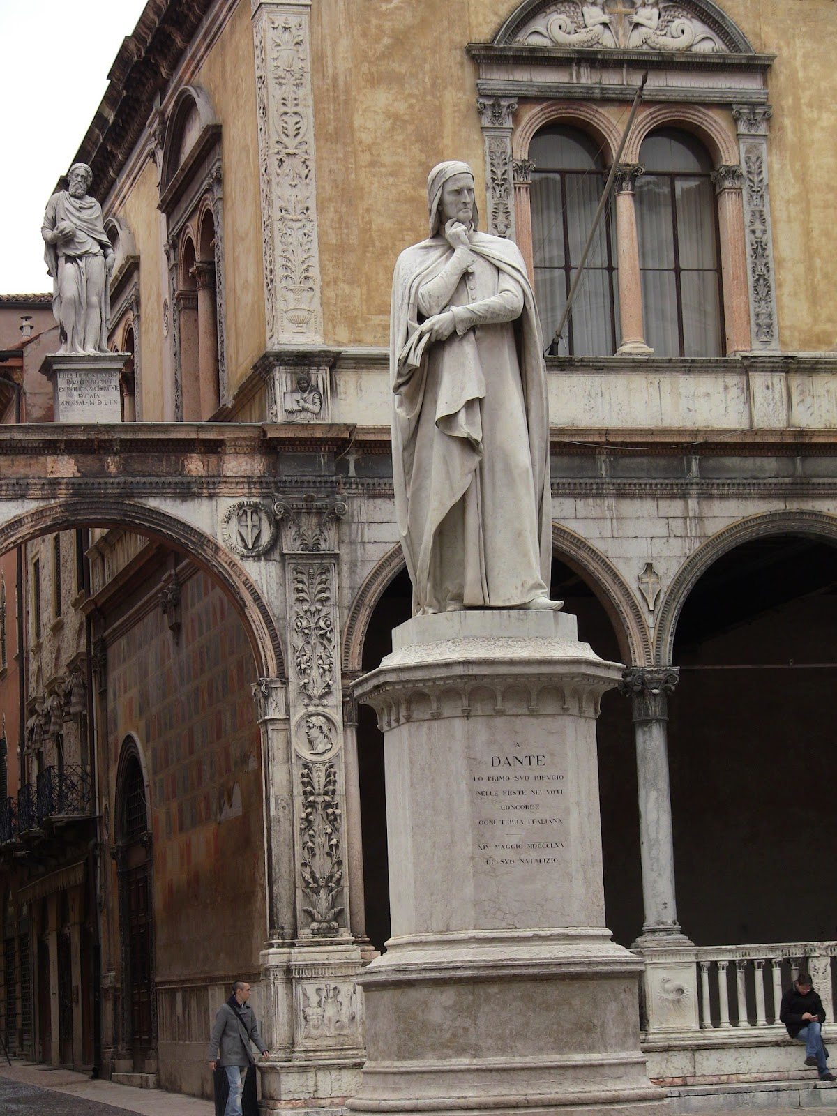 Homage to exile. Dante stands proud in the Piazza dei Signoria. Photo: Gail Keller, WineTrekkerTV.com.