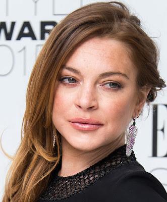 """Biografi Lindsay Lohan 2015   Lindsay Lohan lahir 2 Juli 1986 di New York City. Ayahnya, Michael Lohan, adalah mantan pialang saham di Wall Street dan pengusaha, sementara ibu Lindsay, Dina Lohan, berprofesi sebagai penari. Lindsay merupakan anak pertama dan memiliki tiga adik yakni Michael Douglas Lohan Jr., cAli dan Dakota Lohan.Karir Lindsay di dunia hiburan dimulai sejak dia masih berusia tiga tahun. Kala itu dia berprofesi sebagai model anak dan bergabung dengan agensi model, Ford Models. Dia pernah membintangi sejumlah iklan cetak produk pakaian Calvin Klein Kids dan Abercrombie Kids. Selain itu, Lindsay juga membintangi sekitar 100 iklan televisi untuk produk Pizza Hut dan Wendy's serta pernah tampil bersama Bill Cosby di iklan Jell-O. Setelah sukses sebagai model, Lindsay mulai merambah dunia akting. Debutnya sebagai aktris diawali lewat penampilannya di opera sabun NBC """"Another World"""" (1996). Dua tahun kemudian, nama Lindsay melejit usai membintangi film anak-anak Walt Disney Pictures, """"The Parent Trap"""" (1998). Kepiawaian Lindsay yang memerankan dua gadis kembar sekaligus, Hallie Parker / Annie James, dipuji para kritikus film, mengingat kala itu dia sempat memperlihatkan kemampuannya menggunakan aksen Inggris saat dia berperan sebagai Annie.  Seiring dengan kesuksesannya mengawali karir s"""