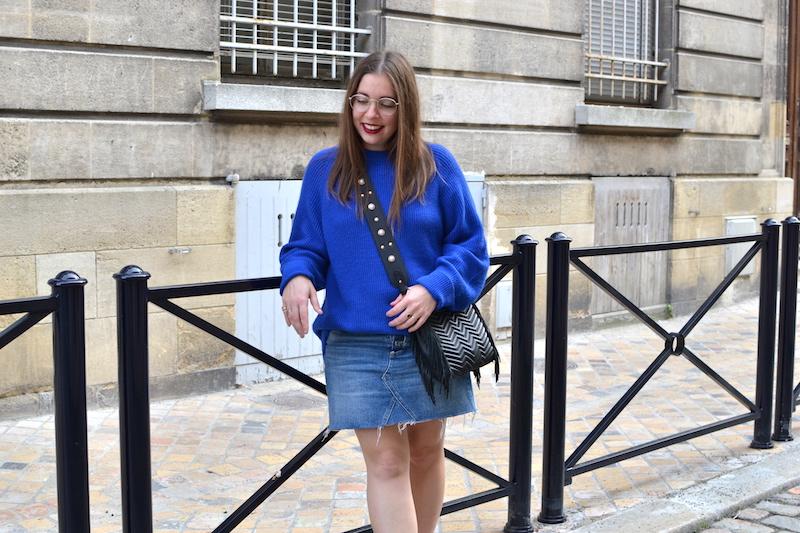 jupe en jean H&M, pull bleu électrique Pimkie, converse noir, sac M Maje, bandouliere perle stradivarius