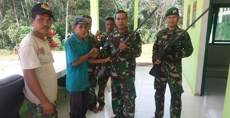 Warga Perbatasan Di Kapuas Hulu Serahkan 10 Pucuk Senpi ke TNI