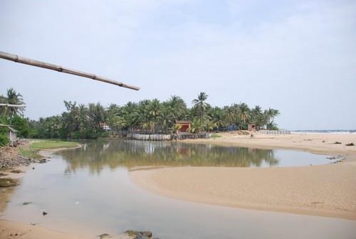 Xe hợp đồng Phú Yên - Dòng suối ở bãi biển Long Thủy