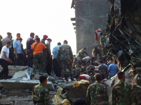 Evakuasi Korban Pesawat Hercules