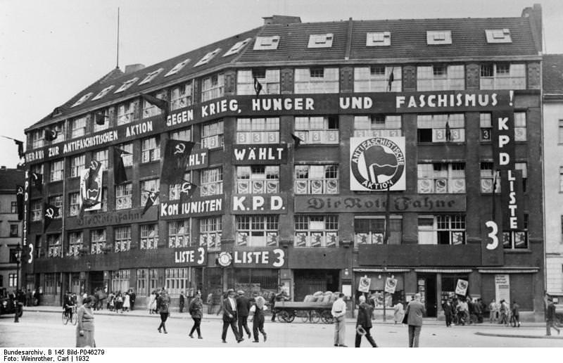 Η έδρα της ηγεσίας του Κομμουνιστικού Κόμματος της Γερμανίας. Εδώ το βλέπουμε με την ευκαιρία των γενικών εκλογών γεμάτο προπαγανδιστικά σήματα και σλόγκαν.