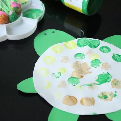 peindre avec des pompons une tortue