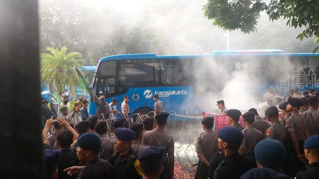 Massa HMI yang Demo di Depan KPU Bentrok dengan Polisi