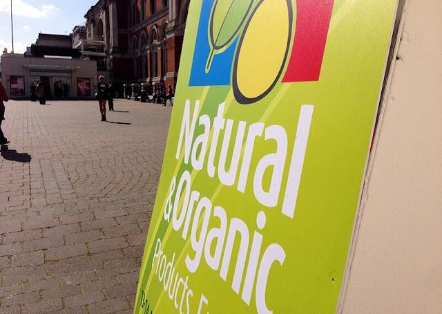 Banner hijau bertuliskan produk alami dan natural