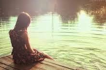 Puisi Berbeda  Sulit bagiku tuk melangkah tersudut disatu titik tak dipandang oleh mata diam walau kalbuku menjerit senyum walau hatiku menangis tak sama dengan yang dulu berbeda. . . . Ingin aku mengutip satu kebahagian tulus entah mengapa sulit. . . Melintas begitu saja dibenakku beda. . . Apa aku yang merasa atau emosiku saja beda. . .  Apapun itu sesak rasanya untuk bergerak kosong. . . Terlamun kembali kemasa lalu YA RABB ku jika engkau mengizinkanku untuk memilih aku memilih mereka mereka yang ada untukku mereka yang memahami suka dukaku mereka yang penuh dengan kepolosan candaan. Konyol dan tingkah aneh yang lain rasa nyaman itu yang belum aku dapatkan saat ini dengan mereka yang baru seperti palsu ~ Puisi Yeti Indah Kartikasari