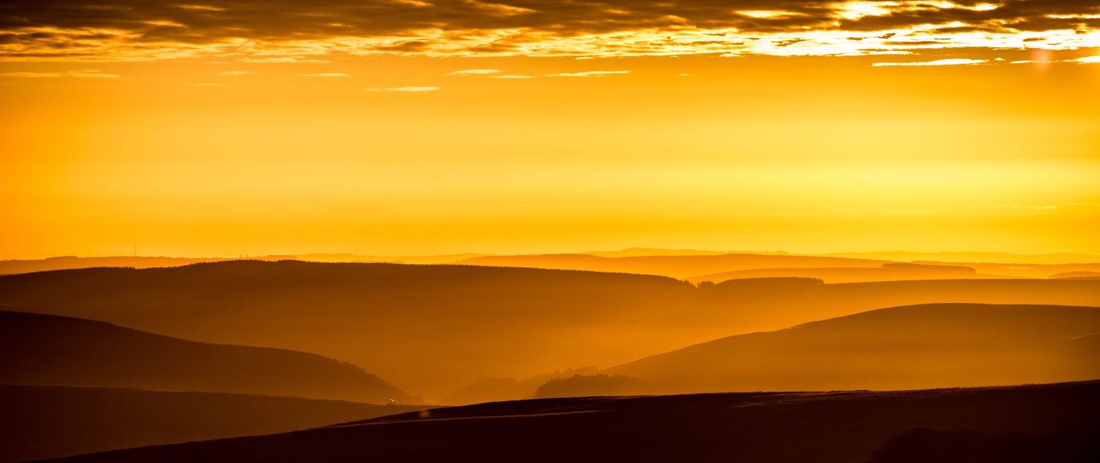 丘の黄金ほ明け方
