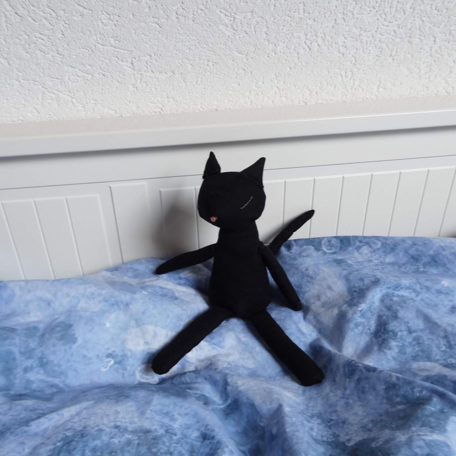 petite poupée de chat noir