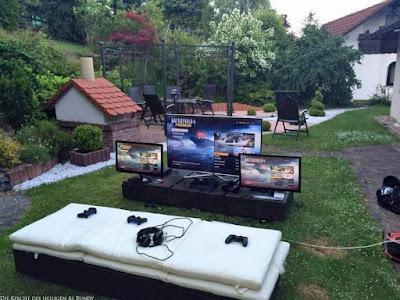 Computer im Garten Urlaub machen lustig - Hoffentlich regnet es nicht