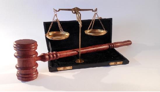 لماذا يحمل القاضي مطرقة وما معنى وجودها ؟