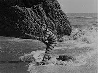 """Кадр из фильма Чарли Чаплина """"Искатель приключений"""" (1917) - 6"""