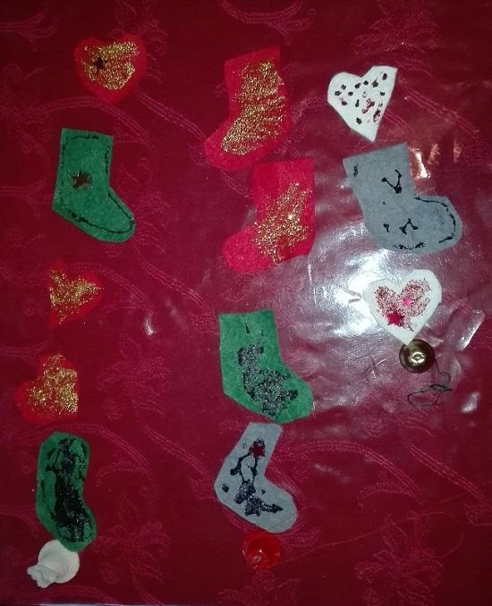 lapsi askartelee jouluksi