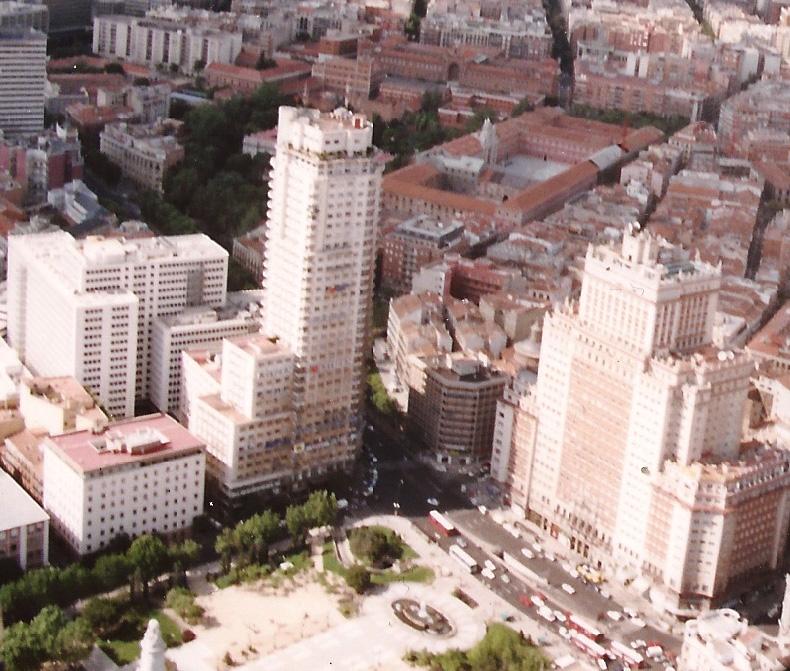 Vista aérea de la plaza con sus rascacielos y el entorno urbano.