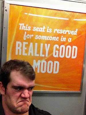 Mann mit schlechter Laune in Bahn - lustiges Plakat