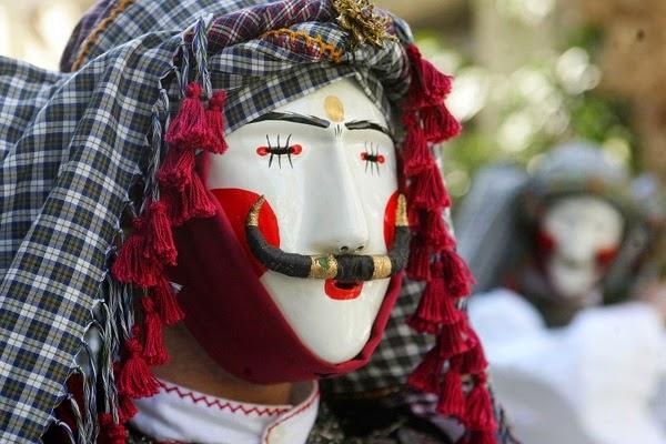 традиционная праздничная маска