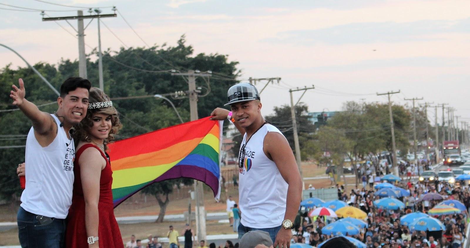 Com show de Inês Brasil, Parada LGBT movimenta principal avenida de Santa Maria no DF