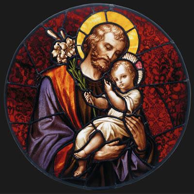 Vitral colorido de San Jose con el Niño Jesus en sus brazos