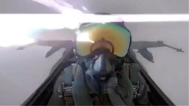 Απίστευτο: Αστραπή χτυπάει μαχητικό αεροσκάφος (βίντεο)