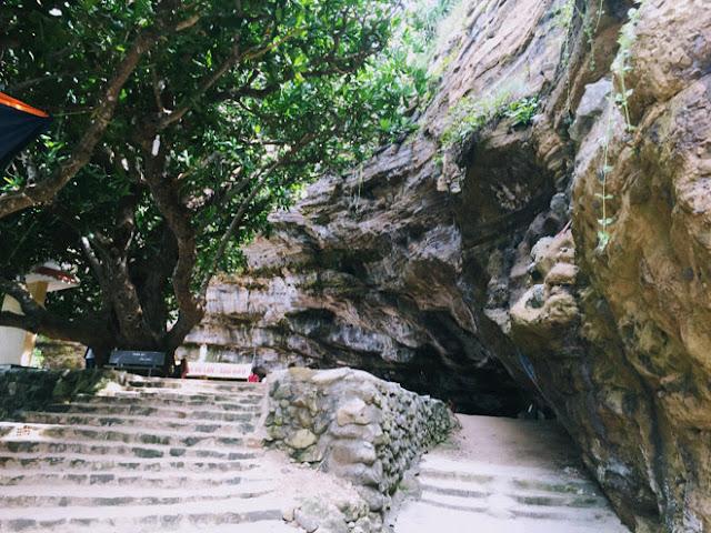 Chùa nằm trong hang động lớn