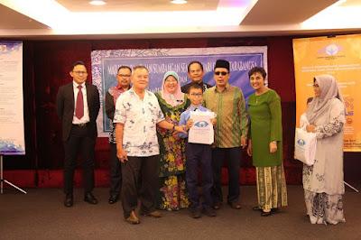 """Nestlé Sokong Kecelikan Braille, Sumbang RM45,000 kepada Masyarakat Cacat Penglihatan  PETALING JAYA, 4 Februari 2019 – Selaras dengan matlamat Nestlé Malaysia untuk meningkatkan kualiti hidup dan menyumbang ke arah masa depan yang lebih sihat, syarikat baru-baru ini menyumbang bahan bacaan Braille bernilai RM45,000 kepada Yayasan Orang Buta Malaysia (YOBM). Bahan bacaan yang bersamaan 1,000 buku itu akan membantu 500 kanak-kanak buta dan cacat penglihatan.  Pn. Nirmalah Thurai, Pengarah Eksekutif Hal Ehwal Korporat, Nestlé Malaysia berkata, """"Kami amat komited untuk membawa perubahan bermakna dalam kehidupan mereka yang memerlukan. Sebagai sebuah syarikat yang menyokong keterangkuman dan kepelbagaian budaya, kami percaya bahawa setiap insan sewajarnya diberi peluang yang sama untuk membaca dan menulis, termasuk golongan buta. Nestlé Sokong Kecelikan Braille, Sumbang RM45,000 kepada Masyarakat Cacat Penglihatan  Kecelikan braille adalah satu komponen penting dalam pendidikan kerana kemahiran ini membuka pintu dan menambah peluang untuk orang buta dan cacat penglihatan. Kami berharap sumbangan ini dapat membantu menambah baik kadar celik huruf dalam kalangan orang buta dan cacat penglihatan di Malaysia.""""  Menurut En. Silatul Rahim Dahman, Ketua Pegawai Eksekutif dan Pengasas Bersama YOBM, """"Kami ingin mengucapkan ribuan terima kasih kepada Nestlé Malaysia kerana bermurah hati memberi sumbangan ini dan sekian lama menjadi penyokong kuat masyarakat buta.   Sumbangan ini pasti akan memberi banyak manfaat kepada masyarakat kami, terutama sekali kanak-kanak. Di YOBM, kami percaya bahawa pendidikan boleh memutuskan kitaran diskriminasi dan kemiskinan, dan buku-buku ini pasti akan memberi peluang kesaksamaan kepada masyarakat kami"""". Nestlé Sokong Kecelikan Braille, Sumbang RM45,000 kepada Masyarakat Cacat Penglihatan"""