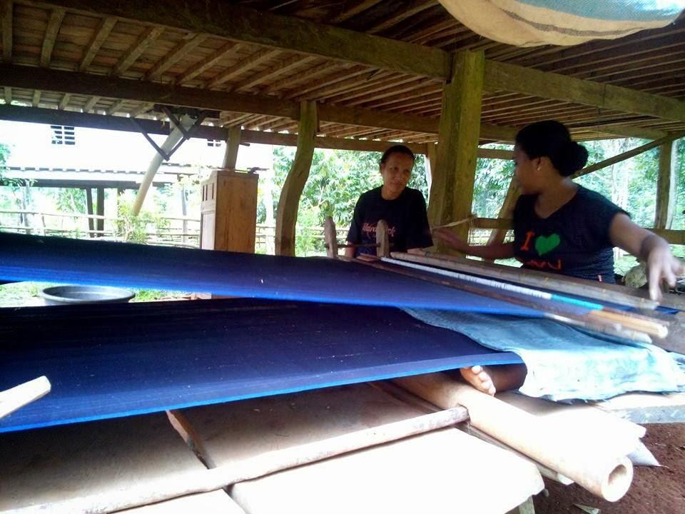 Proses pembuatan pakaian suku kajang