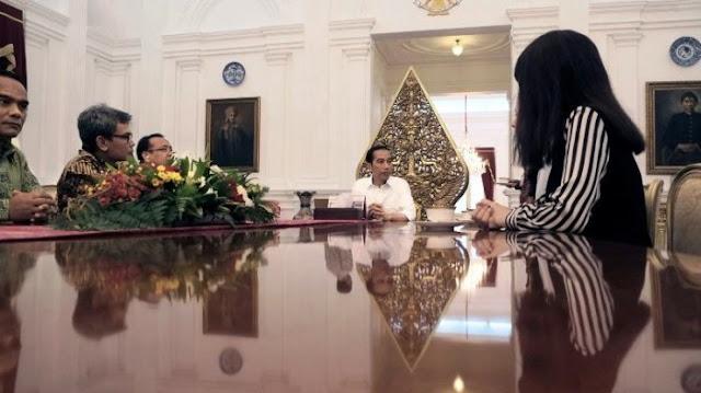 Hiii . . . Ada Penampakan Bayangan Misterius Saat Jokowi Duduk di Meja