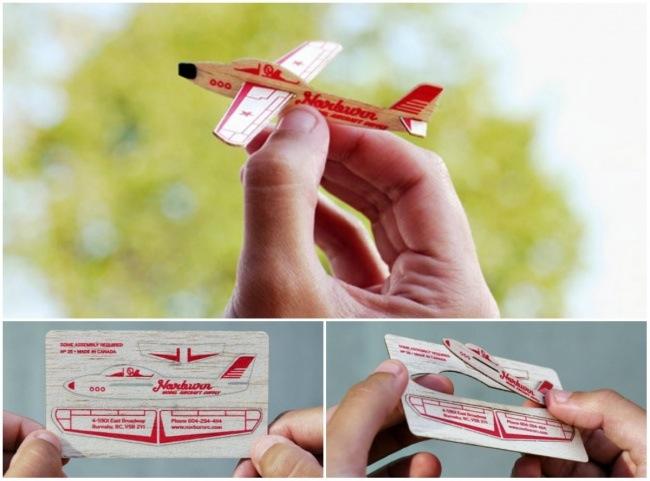 بطاقة عمل شركة طيران على شكل طائرة صغيرة