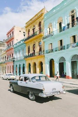 Maisons colorées de la Havane avec une vieille voiture des années 60