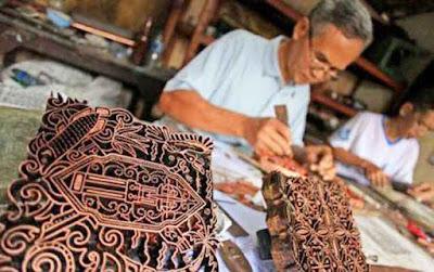 kerajinan ukir batik cap. (Sumber :Borneo News)