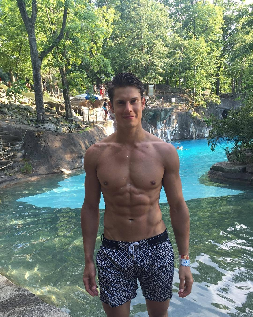 eian-scully-adorable-shirtless-twink-model