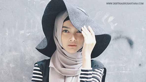 Artikel tentang cakrawala muslimah Indonesia, trend hijab dan pola pikir kaum hawa muslimah.