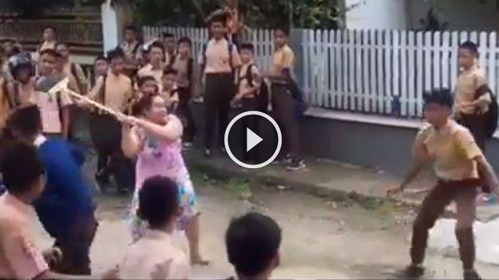 Video 'Emak-emak' Bubarkan Tawuran Pelajar Pakai Sapu, Siswa Lari Kocar-kacir