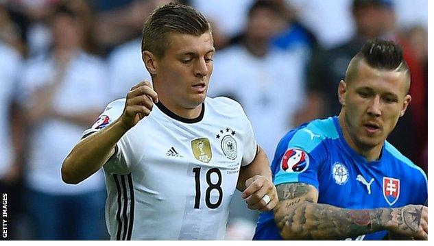 EURO 2016 - Germania migliorato il loro status come favoriti per Euro 2016 come sono travolti Slovacchia a Lille per impostare un quarto di finale contro l'Italia o Spagna.