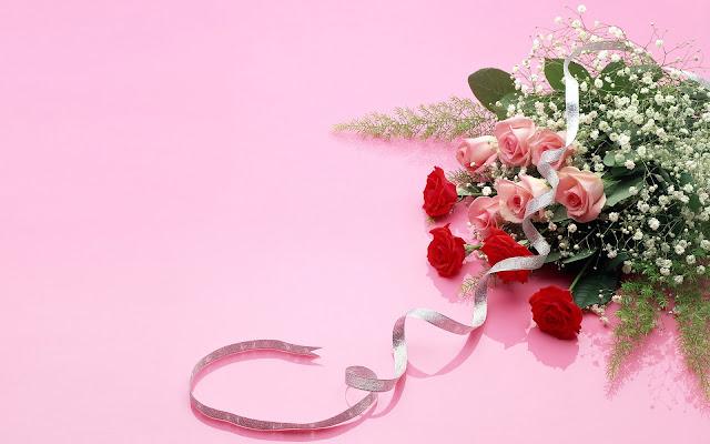 Bosje rode rozen op een roze achtergrond
