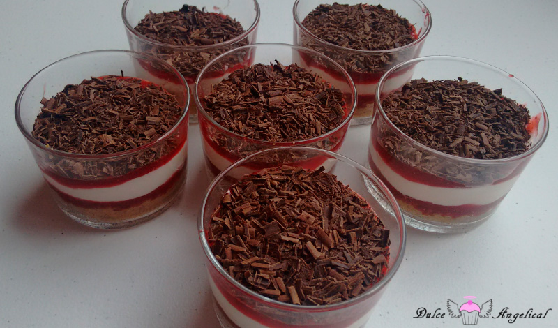 Receta de vasito de galletas, mermelada de fresa, nata y chocolate