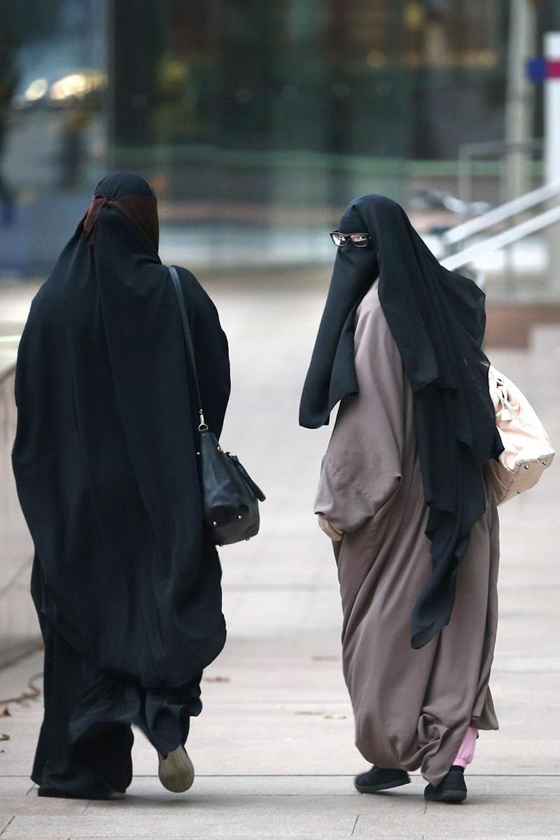 wanita arab cantik pakai Abaya di jalan dan tempat umum