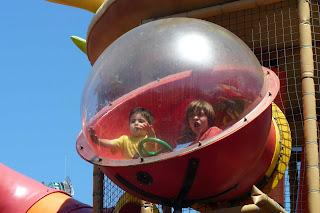 Izan y Joel en el Huerto Encantado de Sésamo Aventura.