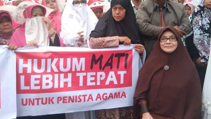 Irena Handono (duduk) saat mengikuti aksi demo Anti Ahok